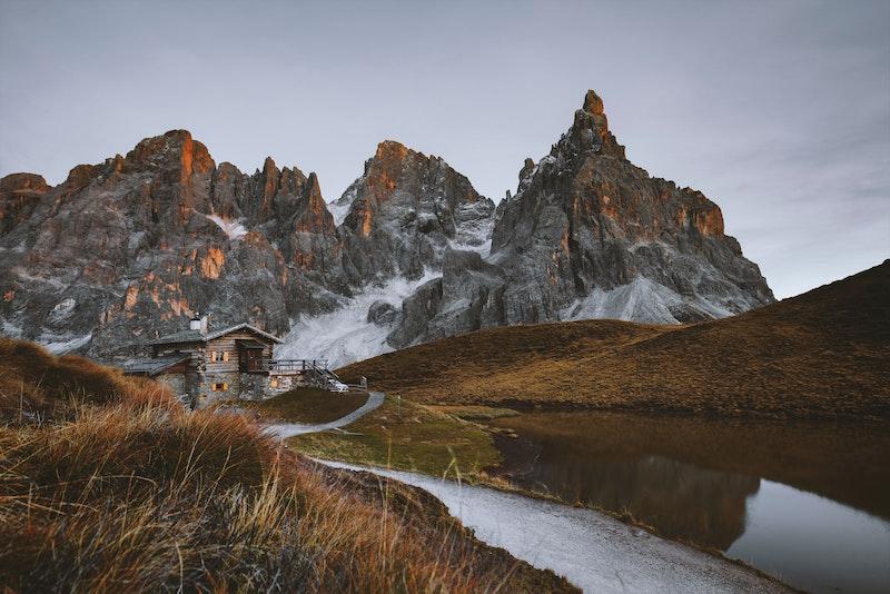 Fotografia baita tra le montagne