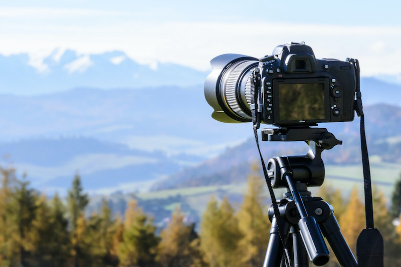 Macchina fotografica su treppiede per fotografia paesaggistica
